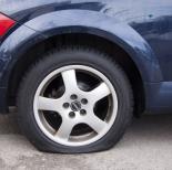 ¿Qué hacer si pinchas una rueda en carretera durante tus vacaciones?